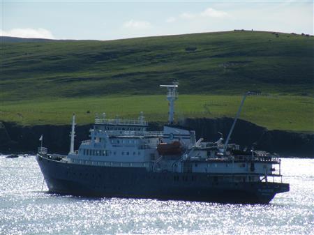 MS Plancius bij eilandje Mousa in Schotland Foto Koos Dijksterhuis