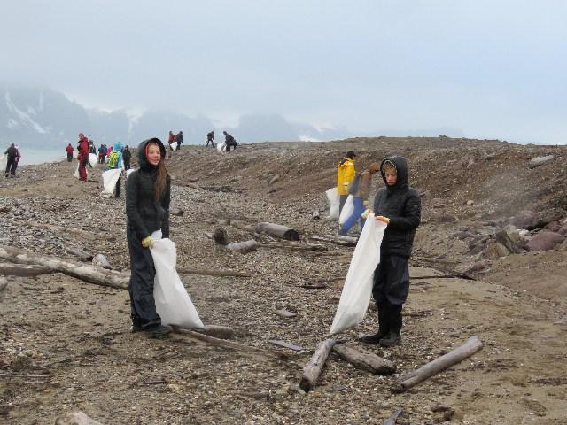 Afval opruimen. Foto Koos Dijksterhuis