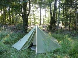 De auteur kampeert in het bos Foto Koos Dijksterhuis